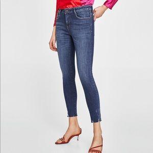 Zara Stretch Midrise Ripped Skinny Jeans. Size 6